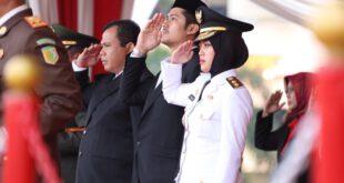 Wagub Nunik Hadiri Upacara Penurunan Bendera HUT RI Ke- 74