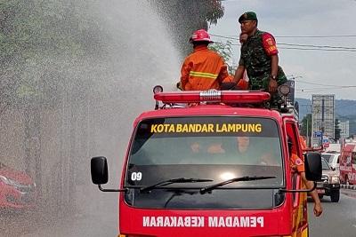 Cegah Corona, Pemkot Bandarlampung Semprot Seputaran Jalan Protokol