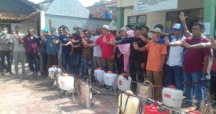Kades dan Aparat Desa Kurungan Nyawa Lakukan Penyemprotan Disinfektan