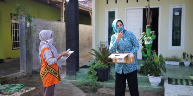 Jaga Disiplin Kesehatan, Riana Arinal Bagikan Masker kepada Masyarakat Metro dan Lamtim
