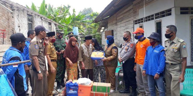 Pemkab Lamsel Salurkan Bantuan Korban Rumah Roboh