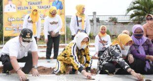 Gubernur Arinal dan Riana Sari Tanam Melon dan Semangka di PKK Agropark Lampung
