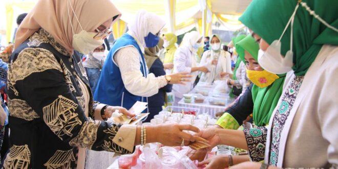 Riana Sari Arinal Buka Bazar Takjil Ramadhan