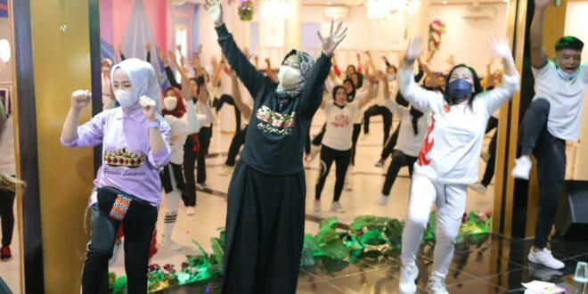 Jaga Imunitas Tubuh, Wagub Chusnunia Buka Workshop Line Dance dan Pelatihan Senam Bedana