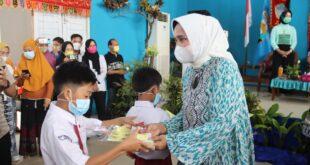 Bunda PAUD Lampung Bermain Bersama Anak-Anak PAUD di Kabupaten Pesisir Barat